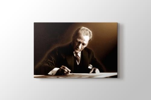 Atatürk yazı yazarken görseli.