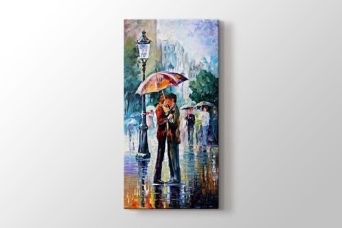 Şemsiye altı öpücük görseli.