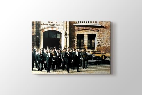 Atatürk ve İsmet İnönü TBMM kapısında görseli.