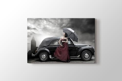 Siyah Klasik Araba ve Şemsiyeli Kadın görseli.