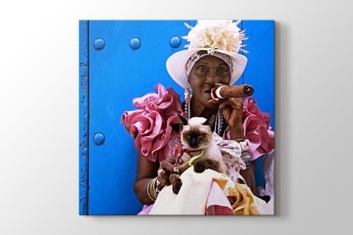 Puro içen Kübalı kadın ve kedi görseli.