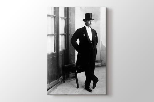 Atatürk ve smokin görseli.