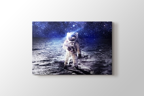 Astronaut on the Moon görseli.