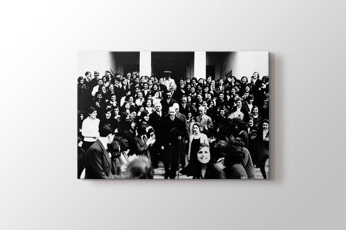 Atatürk İzmir Kız Lisesi'nden ayrılırken 1 Şubat 1931 görseli.