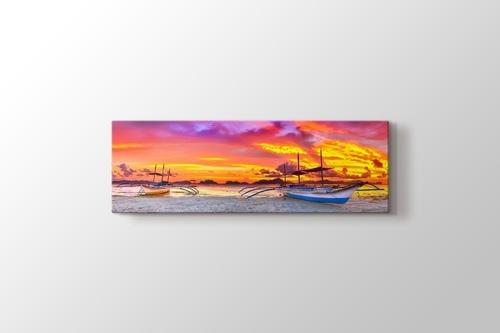 Sahilde Tekneler ve Günbatımı görseli.