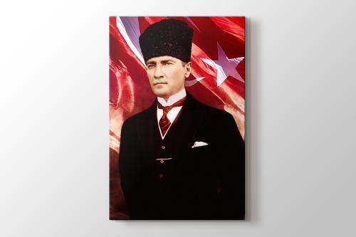 Mustafa Kemal Atatürk ve Türk Bayrağı görseli.