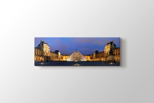 Louvre Pyramid görseli.