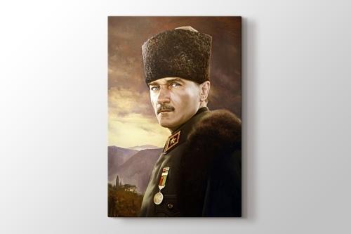 Üniformalı Atatürk görseli.