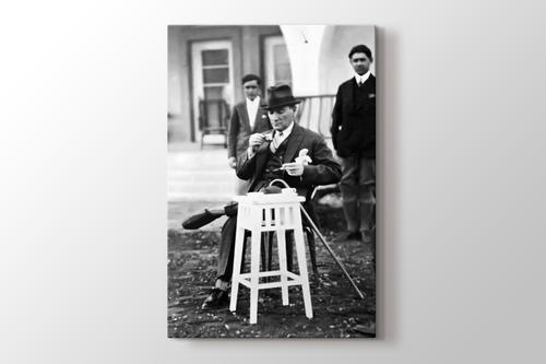 Atatürk Türk Kahvesi İçerken görseli.