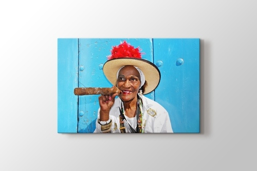 Puro içen Kübalı kadın görseli.